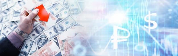 """Rosyjskie pieniądze z napisem """"rubel"""". kryzys ekonomiczny. upadek waluty krajowej. zmienność. spadek pary rubla do dolara."""