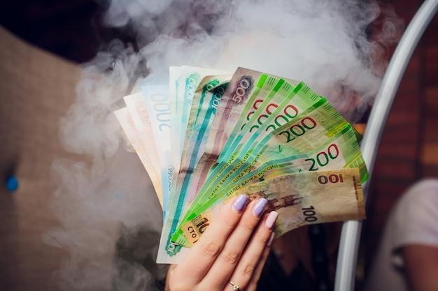 Rosyjskie ruble i niektóre nowe rachunki za 200 i 2000 rubli