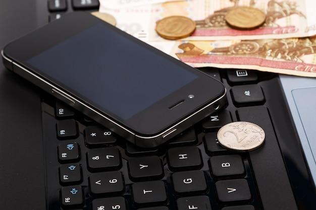Rosyjskie ruble na klawiaturze laptopa