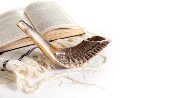 Rosz haszana. jom kippur. tallit, szofar, tora na białym tle. odosobniony