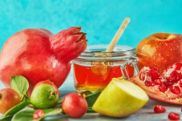 Rosz haszana ze słoikiem miodu i świeżymi jabłkami z pestkami granatu