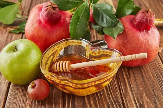 Rosz haszana - żydowska koncepcja wakacje nowy rok. misa w kształcie jabłka z miodem, granatem, szofarem to tradycyjne symbole święta.