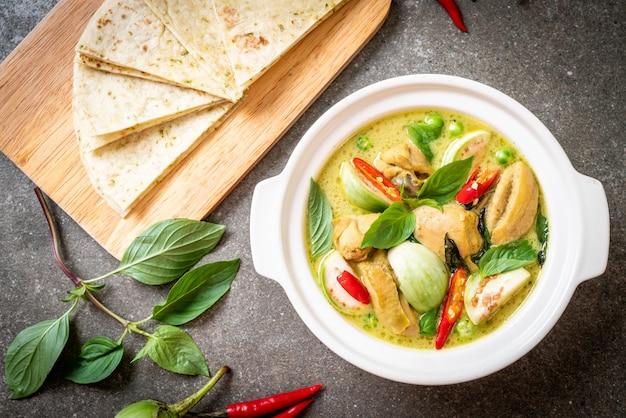Roti i zielone curry z kurczakiem