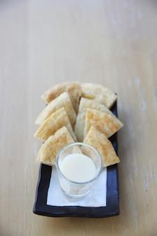 Roti z mlekiem na tle drewna