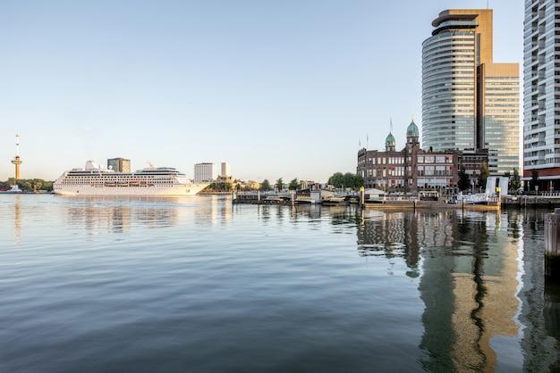 Rotterdam, holandia - 06 sierpnia 2017: gród widok na nowoczesną dzielnicę z pięknymi drapaczami chmur w porcie rijn rano w rotterdamie