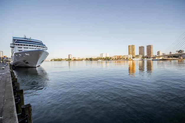 Rotterdam, holandia - 06 sierpnia 2017: krajobraz widok na rzekę z liniowca w pobliżu terminalu rotterdam w holandii