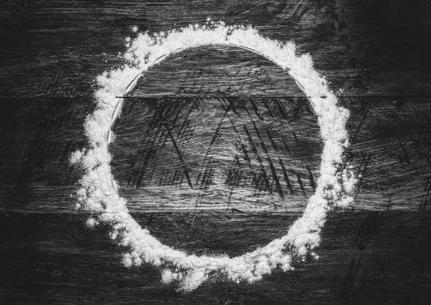 Round mąki rama na starym drewnianym retro z copyspace, czarny i biały