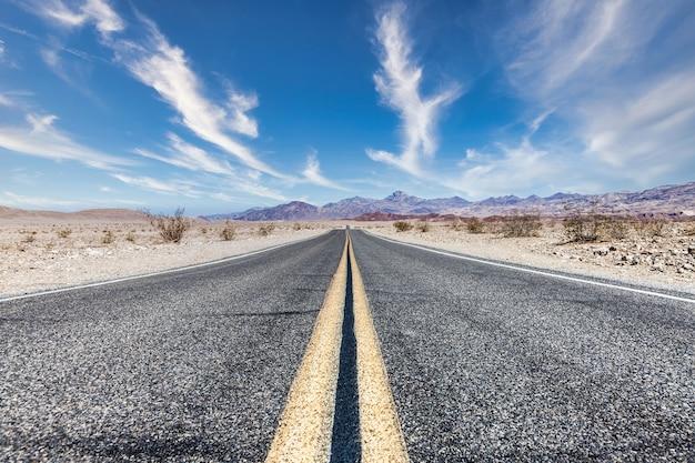 Route 66 na pustyni z malowniczym niebem. klasyczny obraz vintage z nikim w ramce.