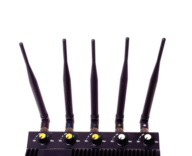 Router czarny z wyrzeźbioną anteną na białym tle
