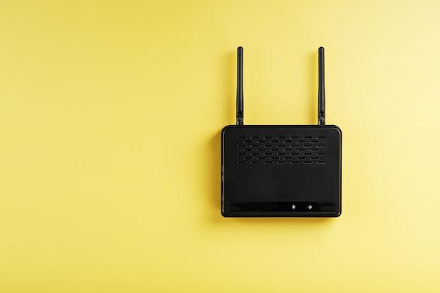Router w technologii bezprzewodowej sieci lan z urządzeniami opartymi na standardzie ieee 802.11 na żółtym tle