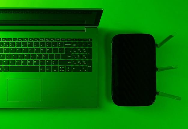 Router wi-fi, laptop. nowoczesne gadżety