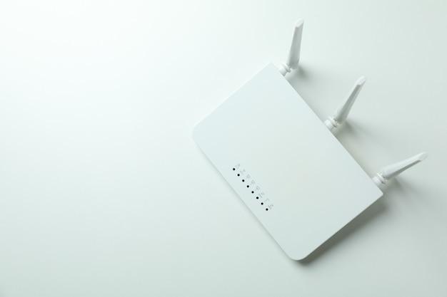 Router wi-fi z antenami zewnętrznymi na białym tle