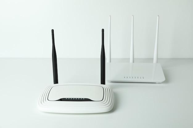 Routery wi-fi z antenami zewnętrznymi na białym tle