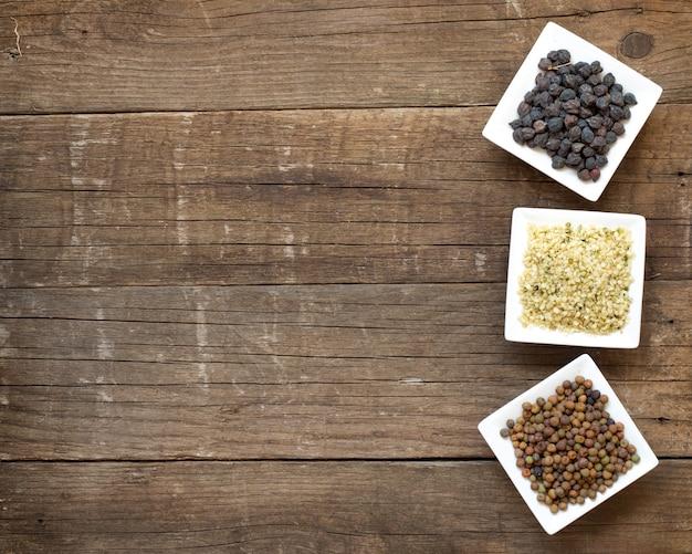 Roveja, nasiona konopi i czarna ciecierzyca w miskach na widok drewniany blat z miejsca kopiowania