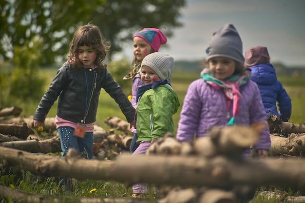 Rovigo, włochy 19 lutego 2020: dzieci bawią się beztrosko na wsi