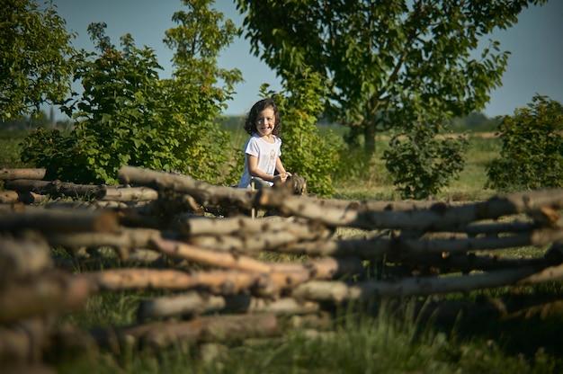 Rovigo, włochy 21 lipca 2021: mała dziewczynka biega po łące
