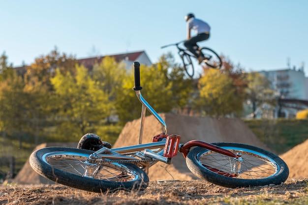 Rower bmx na torze ze skokami w tle z domami