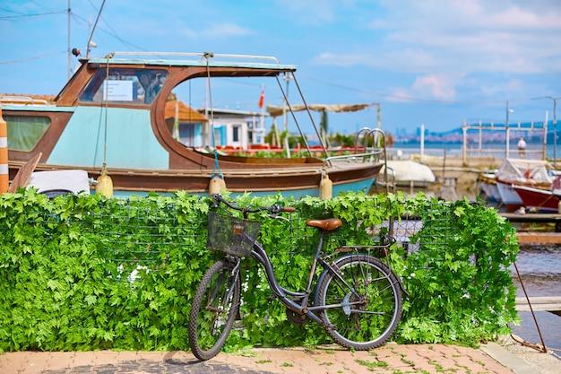 Rower jest zaparkowany na chodniku. letni słoneczny dzień