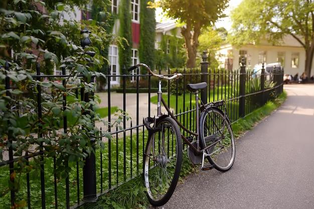 Rower na ulicy w amsterdamie.