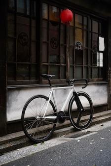 Rower na zewnątrz na ulicy