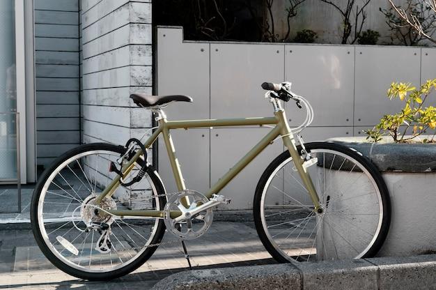 Rower na zewnątrz z rośliną