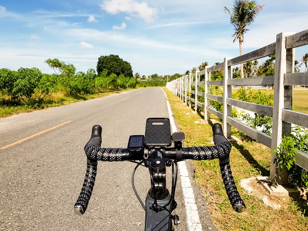 Rower parkujący obok otwartej drogi z niebieskim niebem