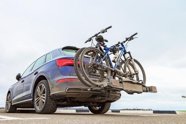 Rower przymocowany do samochodu