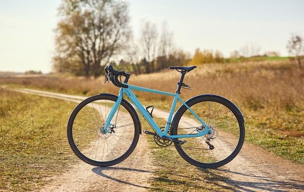Rower sportowy na polnej drodze przy słonecznej pogodzie.