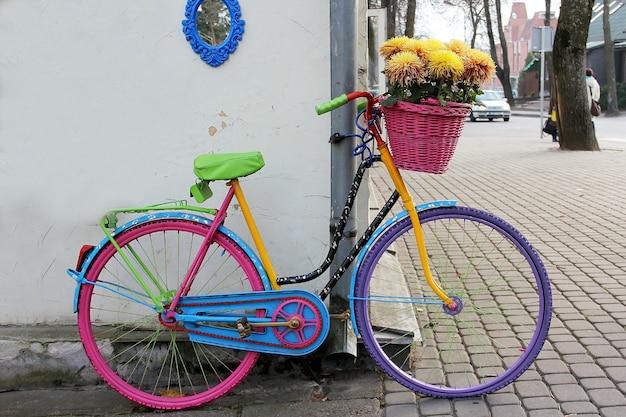 Rower Z Koszem Pełnym Kwiatów Na Zewnątrz Premium Zdjęcia