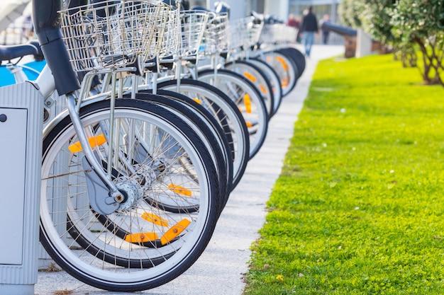 Rowery do wynajęcia w parku publicznym (santander cantabria - hiszpania)