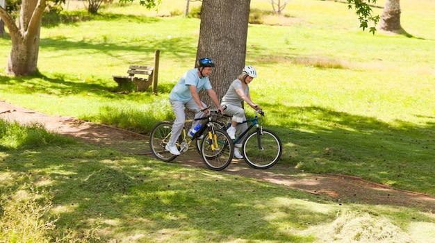 Rowery górskie na emeryturze na zewnątrz
