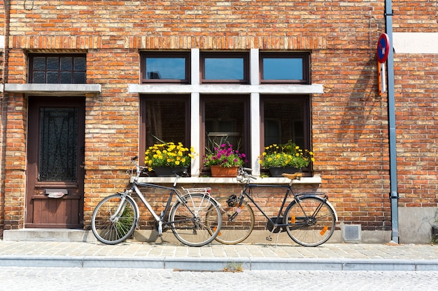 Rowery na fasadzie starego budynku, stare prowincjonalne miasto europejskie.