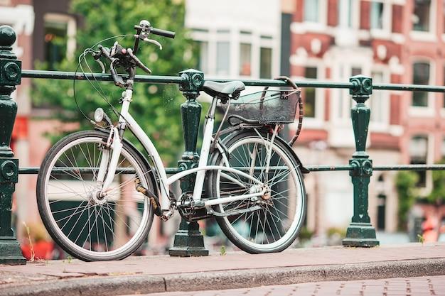 Rowery na moście w amsterdamie w holandii piękny widok na kanały jesienią can
