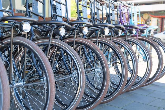 Rowery na sprzedaż lub wynajem na ulicy miasta amsterdam, holandia.