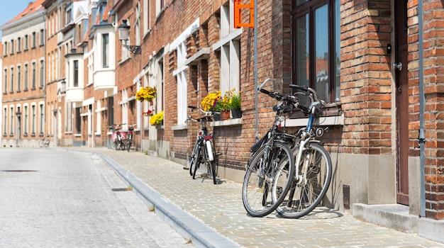 Rowery na starożytnej fasadzie budynku, europejskie miasto