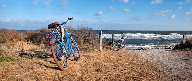 Rowery przy wejściu na plażę na wyspie hiddensee, morze bałtyckie, północne niemcy, panorama