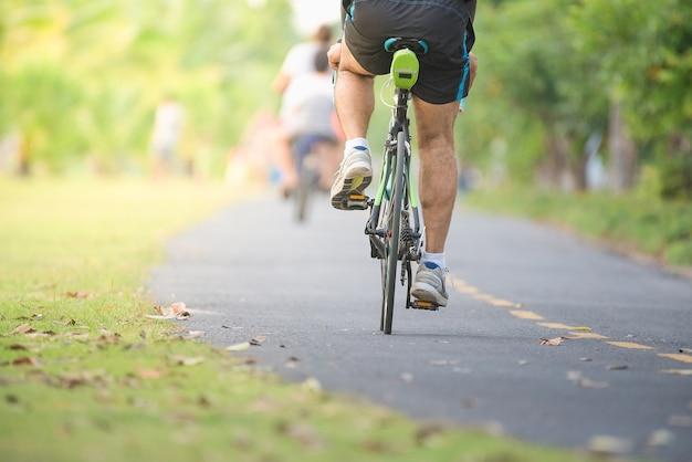 Rowerzyści jeździć wzdłuż ścieżki rowerowej w parku