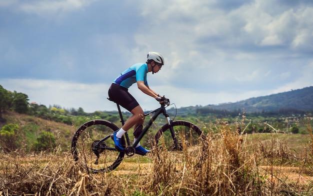 Rowerzyści kolarstwo górskie trenujące szlak górski
