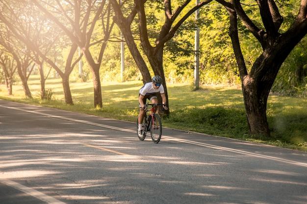 Rowerzyści to rower szosowy na zachodzie słońca. koncepcja sportu