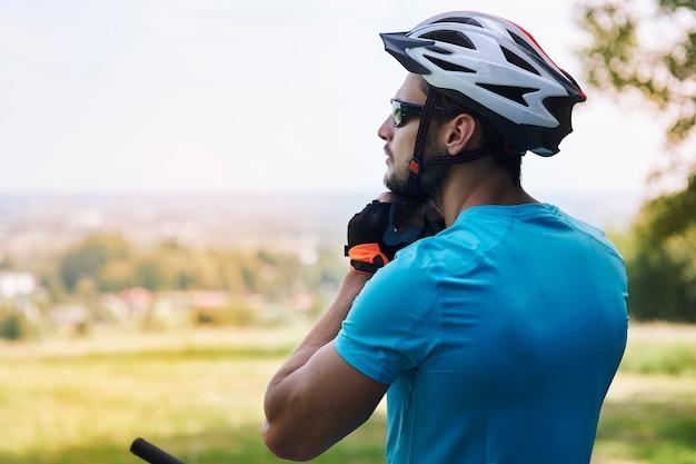 Rowerzysta cieszący się widokiem podczas jazdy