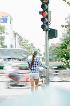 Rowerzysta czeka na zielone światło