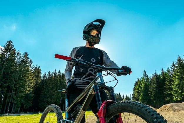 Rowerzysta górski z nowoczesnym rowerem z pełnym zawieszeniem.