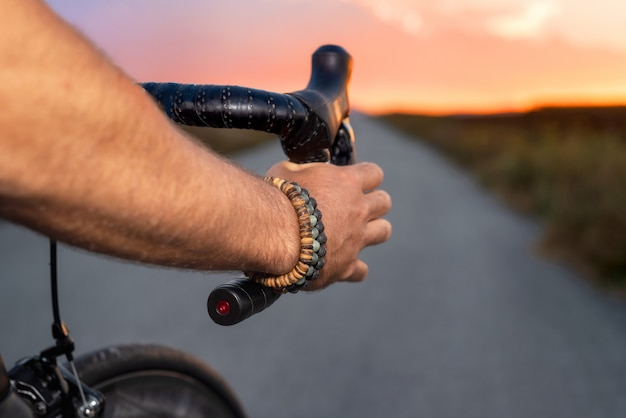 Rowerzysta jedzie bycicle przy zmierzchem, pov widok.