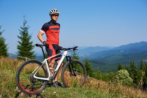 Rowerzysta jedzie na rowerze w góry
