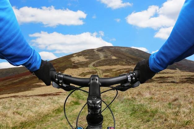 Rowerzysta jeździ górską drogą