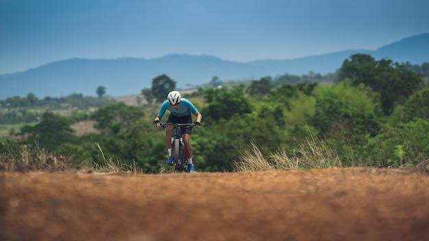 Rowerzysta kolarz górski trenuje na stromych zboczach