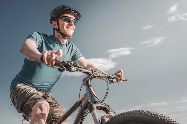 Rowerzysta. młody człowiek na rowerze górskim.