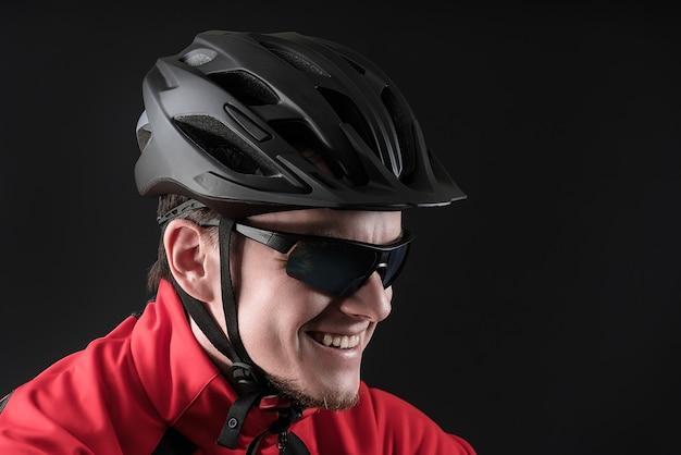 Rowerzysta. młody człowiek w kasku na rowerze. skopiuj miejsce.