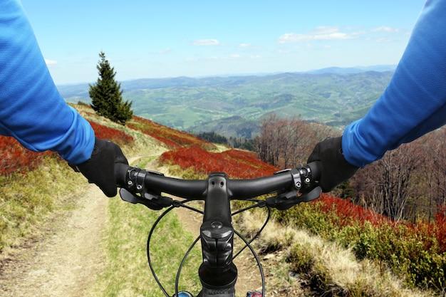 Rowerzysta na przejażdżkach rowerowych po górskiej drodze