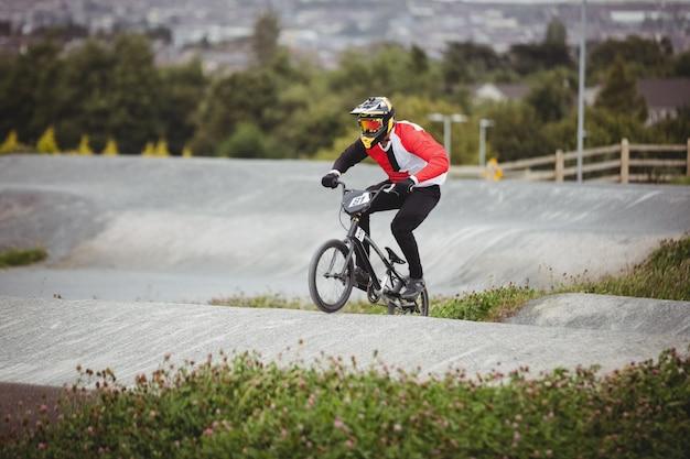 Rowerzysta na rowerze bmx